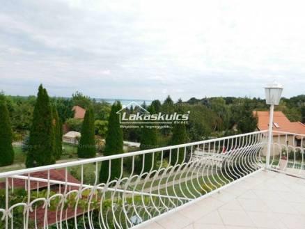 Balatonalmádi családi ház eladó, 166 négyzetméteres, 5+3 szobás