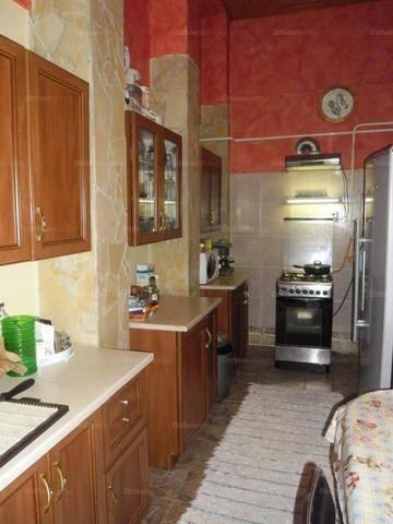 Szolnoki eladó családi ház, 7 szobás, a Bokréta utcában