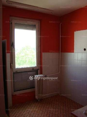 Eladó lakás Komló 25-ben, 2 szobás