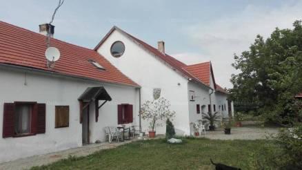 Nemeskocsi családi ház eladó a Petőfi utcában, 420 négyzetméteres