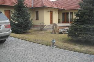 Tököli eladó családi ház, 4 szobás, a József Attila utcában