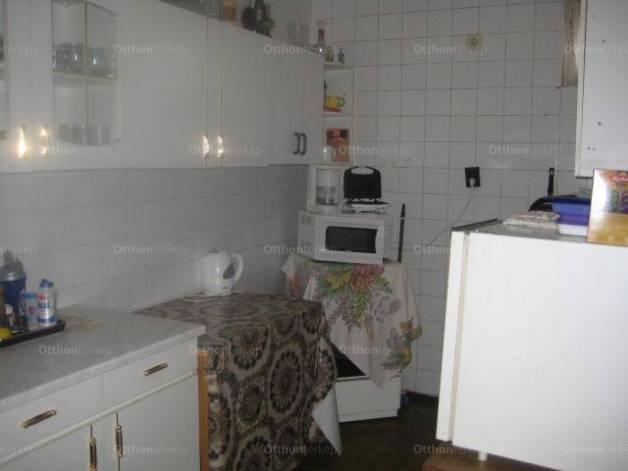 Családi ház eladó Dunaújváros, a Móra Ferenc utcában, 179 négyzetméteres