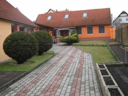 Pécsi eladó családi ház, 3 szobás, 120 négyzetméteres