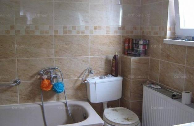 Pécsi eladó családi ház, 2 szobás, 72 négyzetméteres