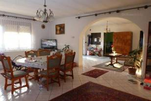 Fajszi családi ház eladó, 240 négyzetméteres, 8 szobás