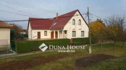 Jászdózsai családi ház eladó, 178 négyzetméteres, 5 szobás