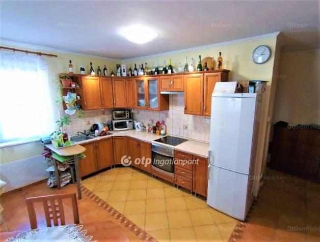 Eladó 2+1 szobás lakás Győr Belváros köz