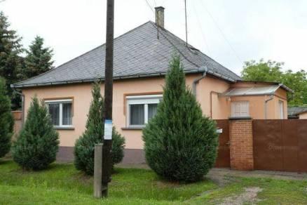 Eladó családi ház Kalocsa, 2+1 szobás