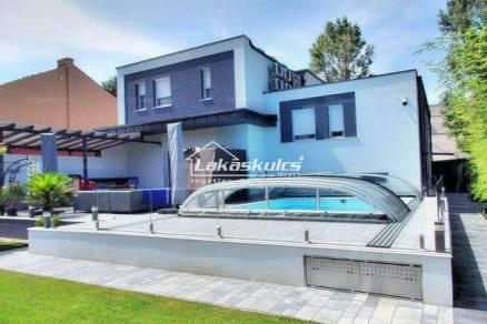 Siófoki családi ház eladó, 340 négyzetméteres, 5 szobás