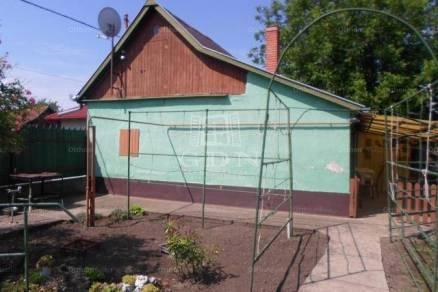 Szolnok 1+1 szobás családi ház eladó a Kender utcában