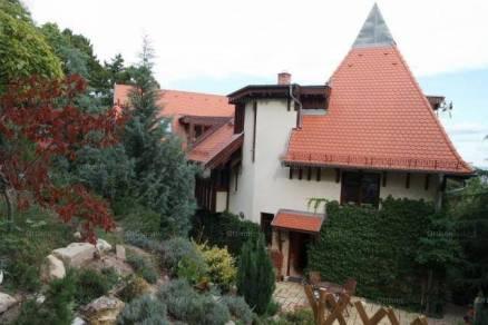 Budapesti eladó családi ház, 5 szobás, 242 négyzetméteres