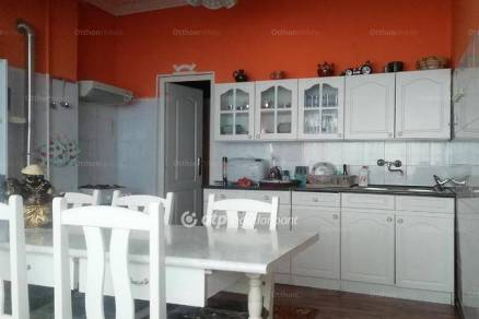 Tiszakécskei eladó családi ház, 4 szobás