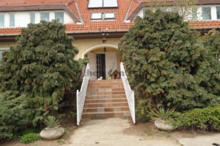 Eladó családi ház Érd, 11 szobás