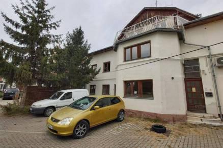 Szolnoki eladó házrész, 6+2 szobás, 25010 négyzetméteres