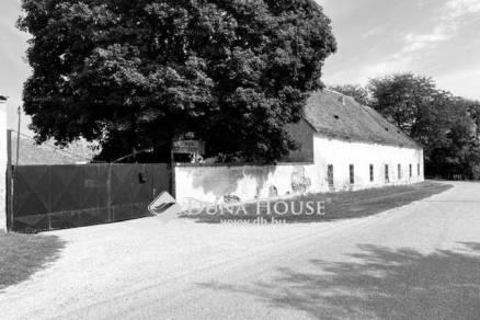 Családi ház eladó Ászár, 318 négyzetméteres