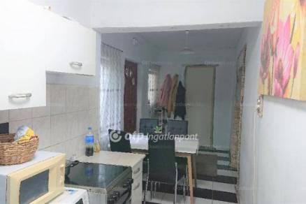 Eladó családi ház Törtel, 2 szobás