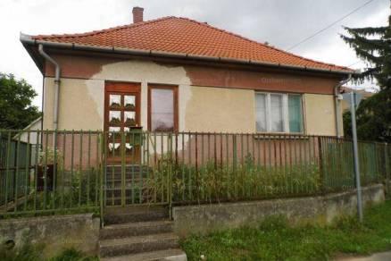 Apci eladó családi ház, 3 szobás, a Rákóczi Ferenc úton