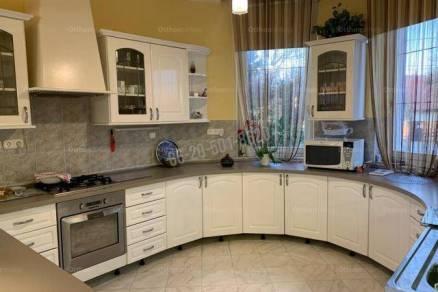 Eladó családi ház Budapest, 8+3 szobás