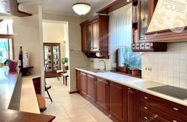 Kecskeméti családi ház eladó, 260 négyzetméteres, 5 szobás