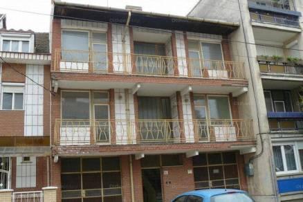 Szegedi eladó családi ház, 6 szobás, 400 négyzetméteres